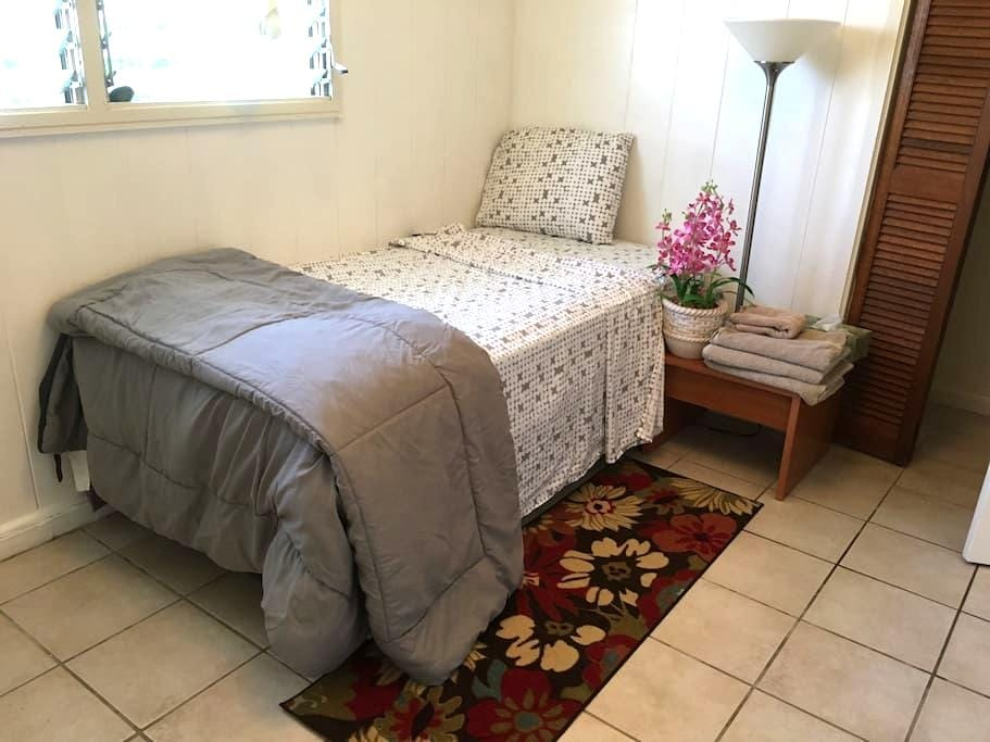 Cozy bedroom w/ parking - Aiea - Hus
