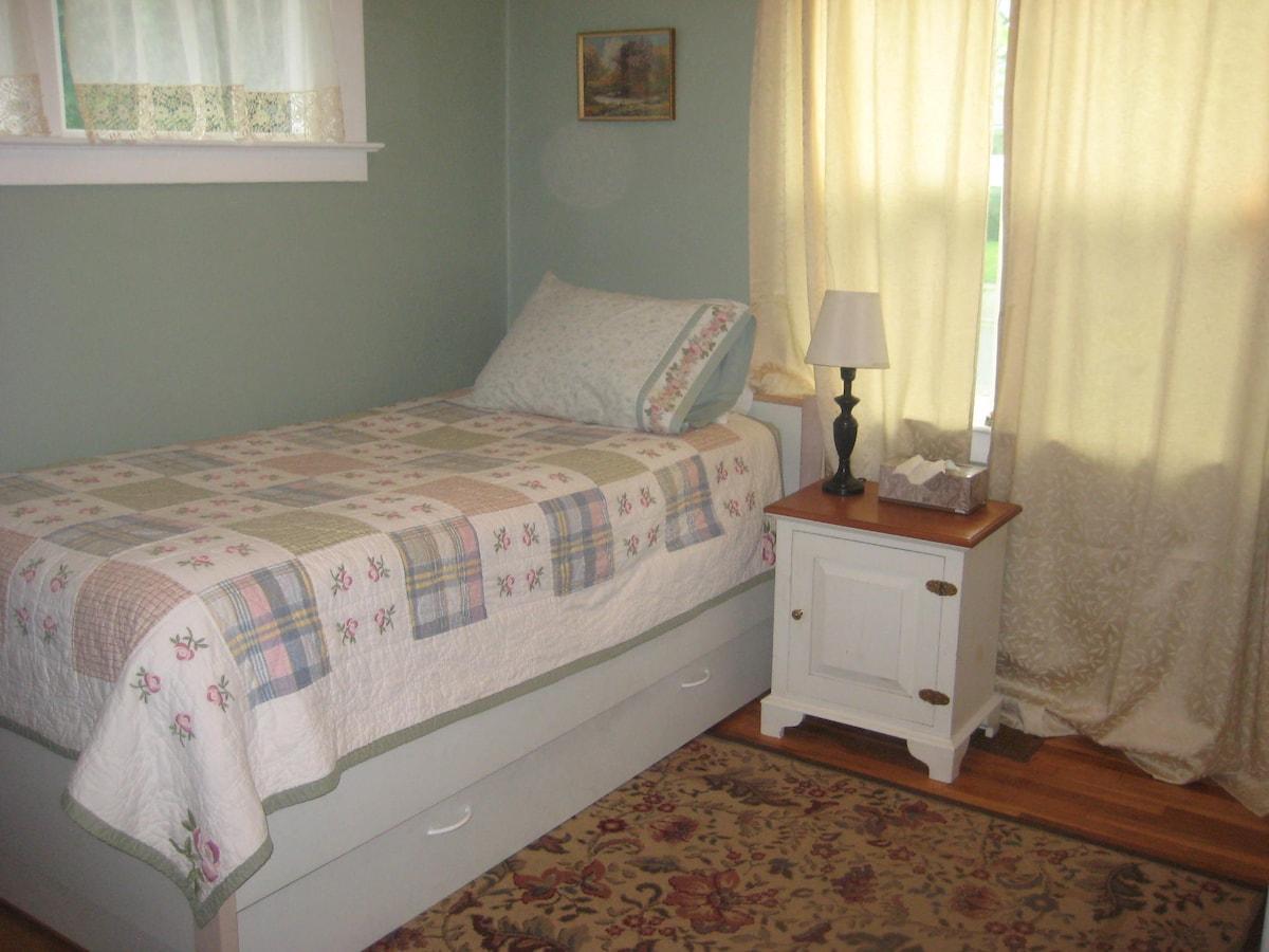 Twin room in cute Portland bungalow