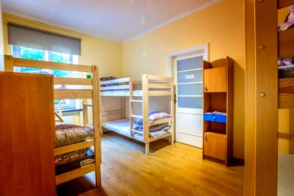 3 beds in 2 connected rooms for 12 - Kraków - Rumah