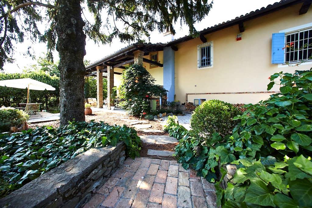 Cozy double room in cascina: garden, deck, view! - Calamandrana - Bed & Breakfast