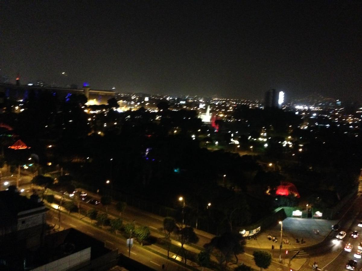 De noche las luces de las piletas