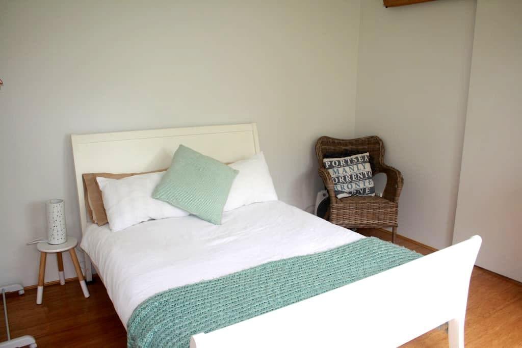 Beachy one bedroom garden studio - North Narrabeen