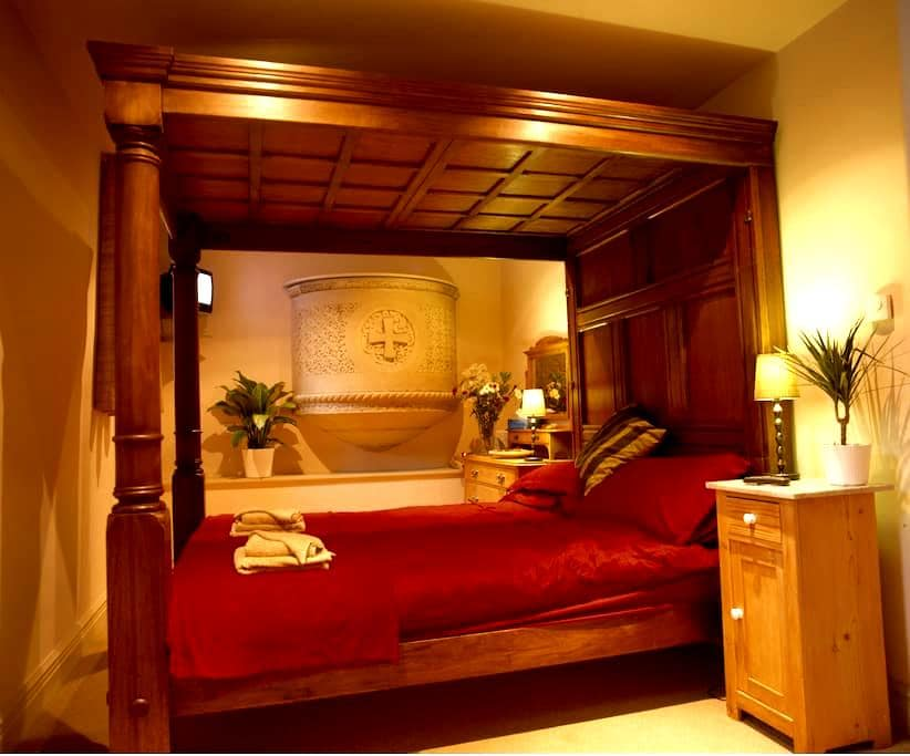 Four poster double en suite bedroom - Capel Curig
