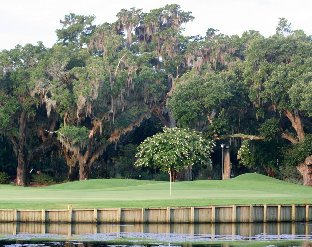 18 green at Heritage plantation. Golfer's paradise