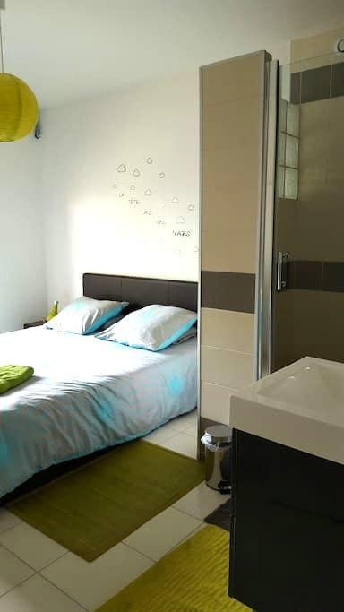 Chambre avec grande douche privée - Lisieux - 단독주택