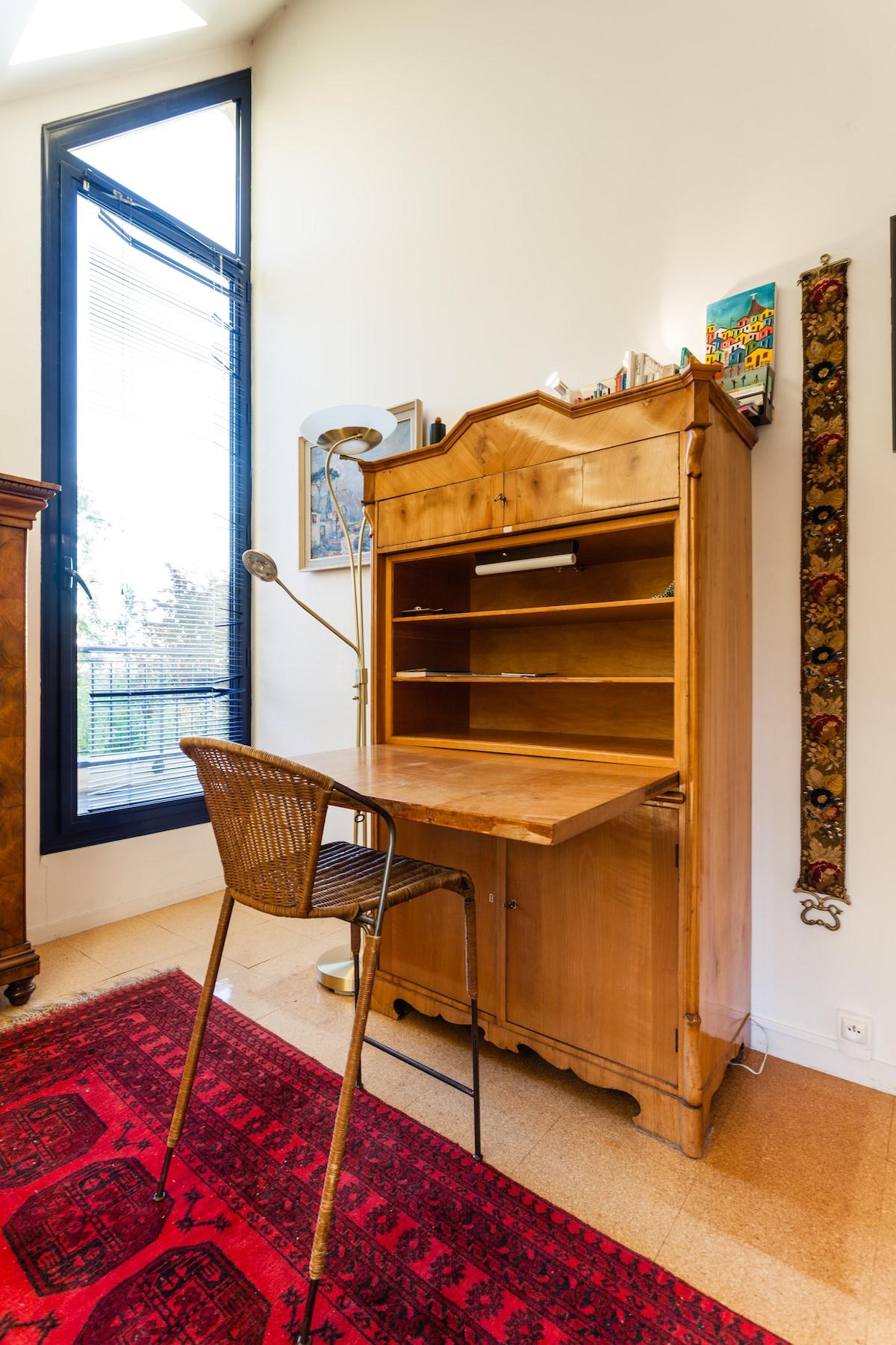 Le bureau et la porte du balcon