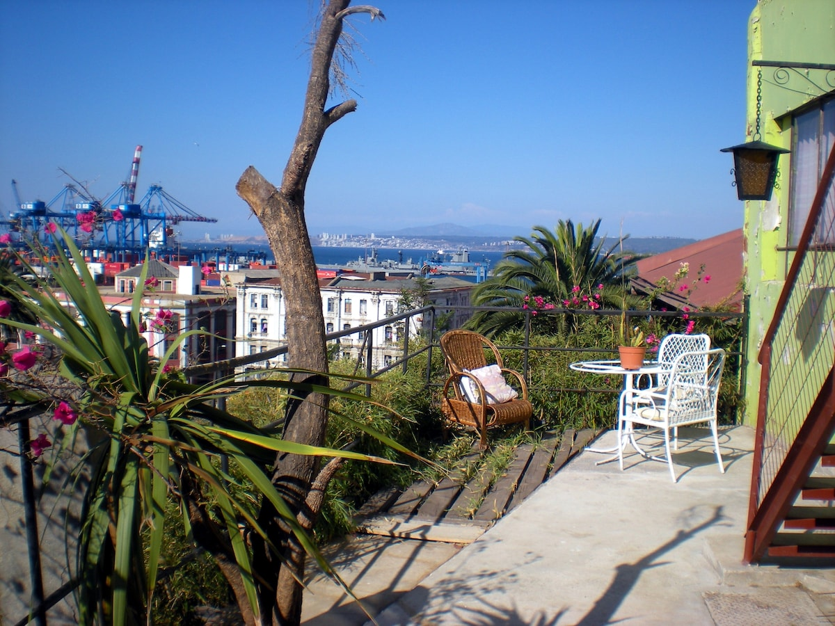 Nice litlle terrace/balcony with a great view of Valparaiso's Bay.