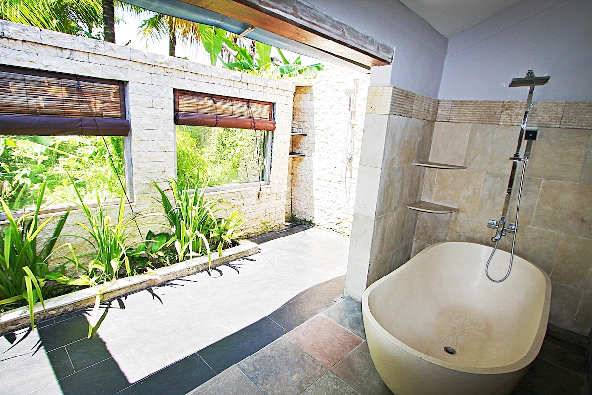 Bathtub and outdoor shower space puts you closer to nature.