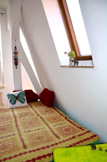 Sunny room,beautiful surrounding,near the center ! - Berlim - Apartamento