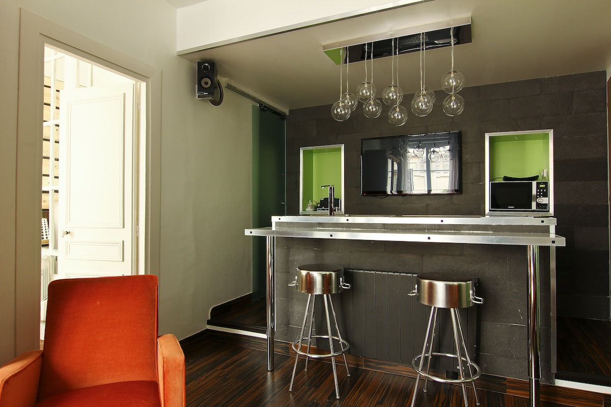 Kitchen with 2 stools