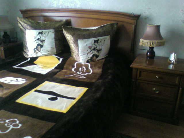 Это  комната ( спальня ) , кровать 2х спальная с каркасом .