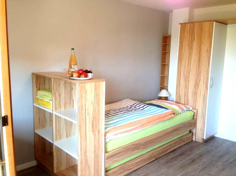 Privates Zimmer mit geteiltem Bad - Friedrichshafen - Apartamento