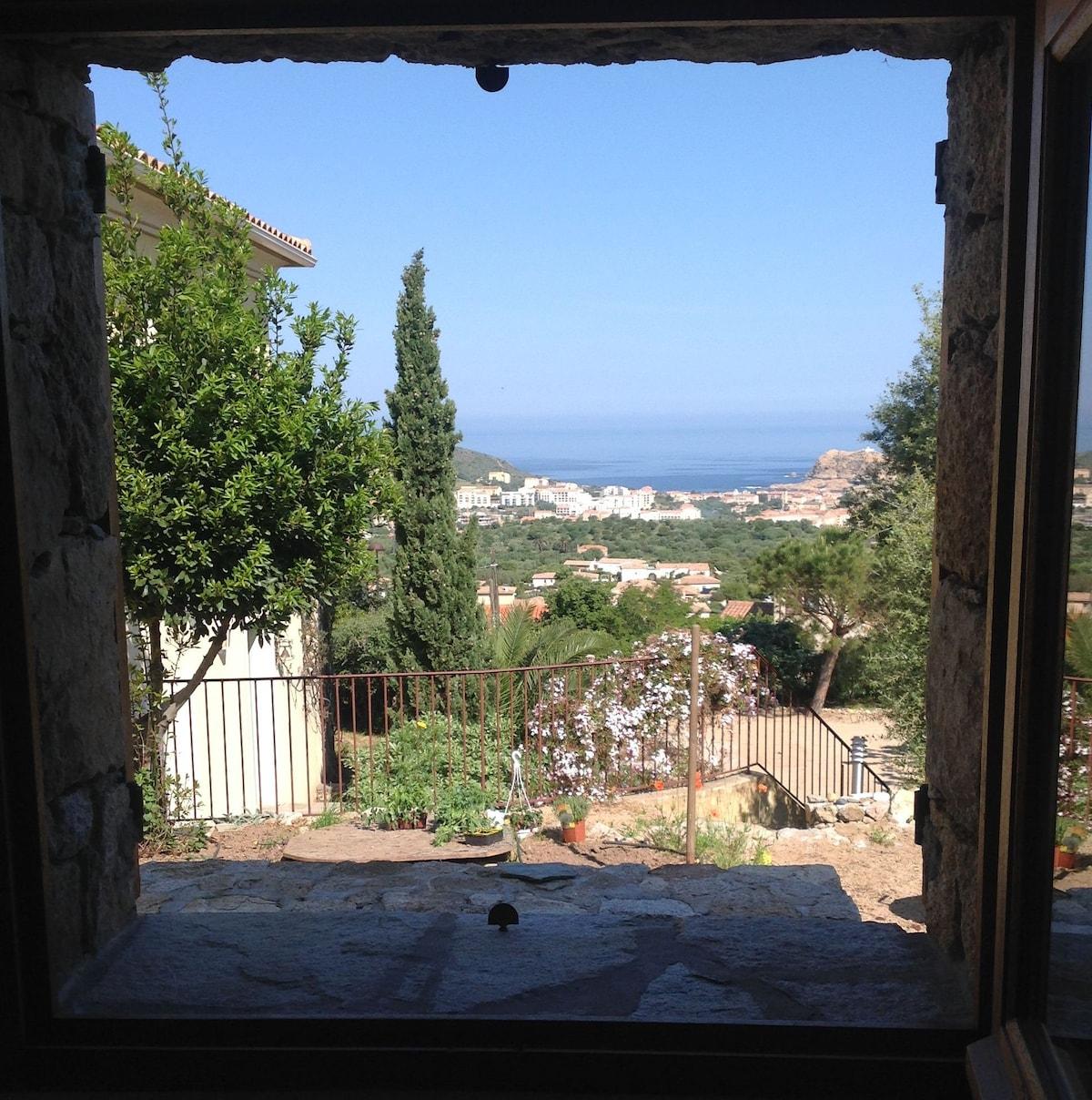 Vue mer par la fenêtre de la chambre