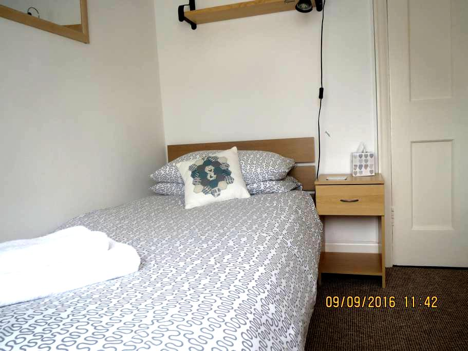 Neat single room, comfy bed and lovely breakfast - Bath