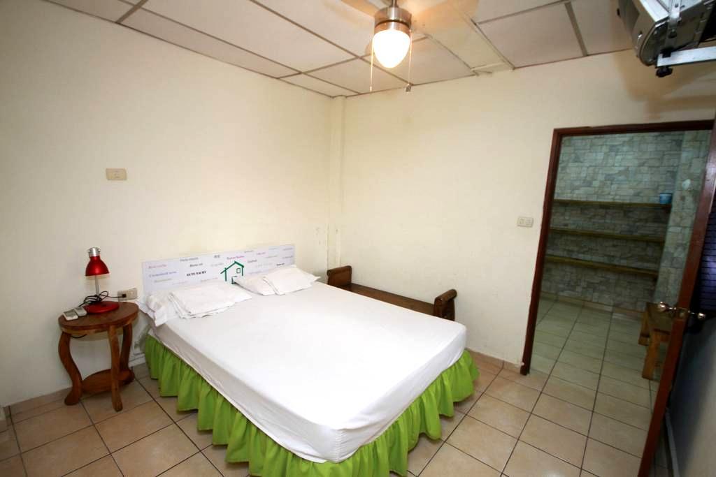 Habitación doble, baño privado #1 - Santa Ana - Hus