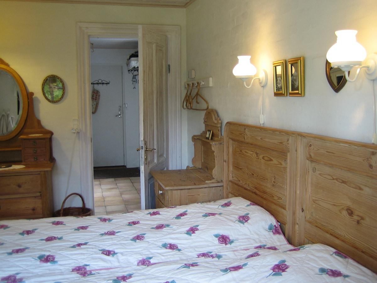 Værelse 1, med antikke møbler.