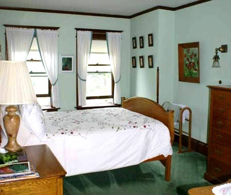 Green Room @ Fogarty's B and B - Saranac Lake - Bed & Breakfast