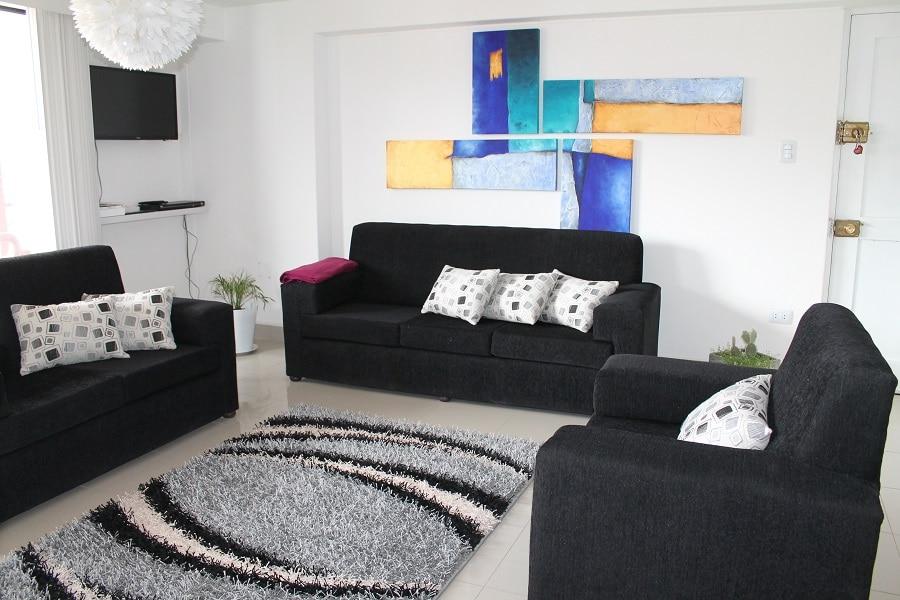 Loue appartement meublé  Salon avec jeu de meubles, tapis, TV, Lecteur de DVD, Internet (WIFI), Téléphone fixe.
