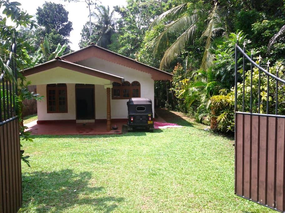 Isuru house - ฮิคคาดูวา - บ้าน