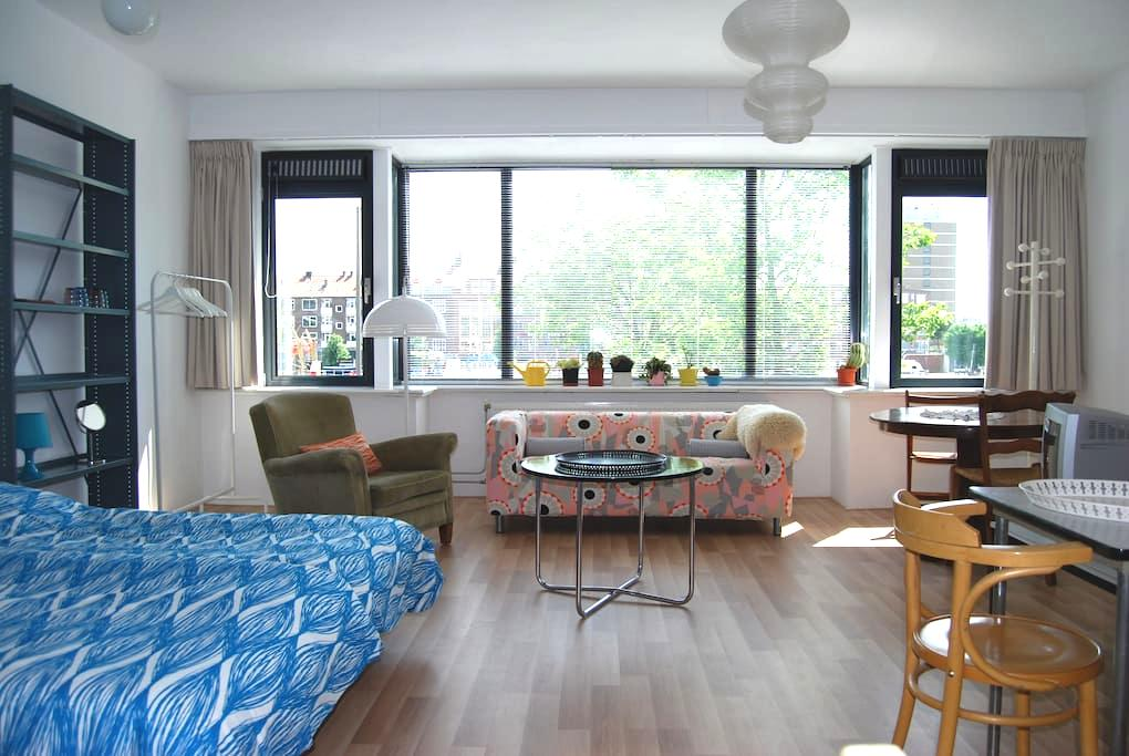 Room with panoramic waterfront view - ロッテルダム