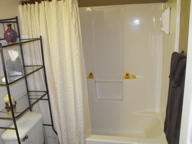 Yes, indoor plumbing, complete with rubber duckies, tub, and shower!