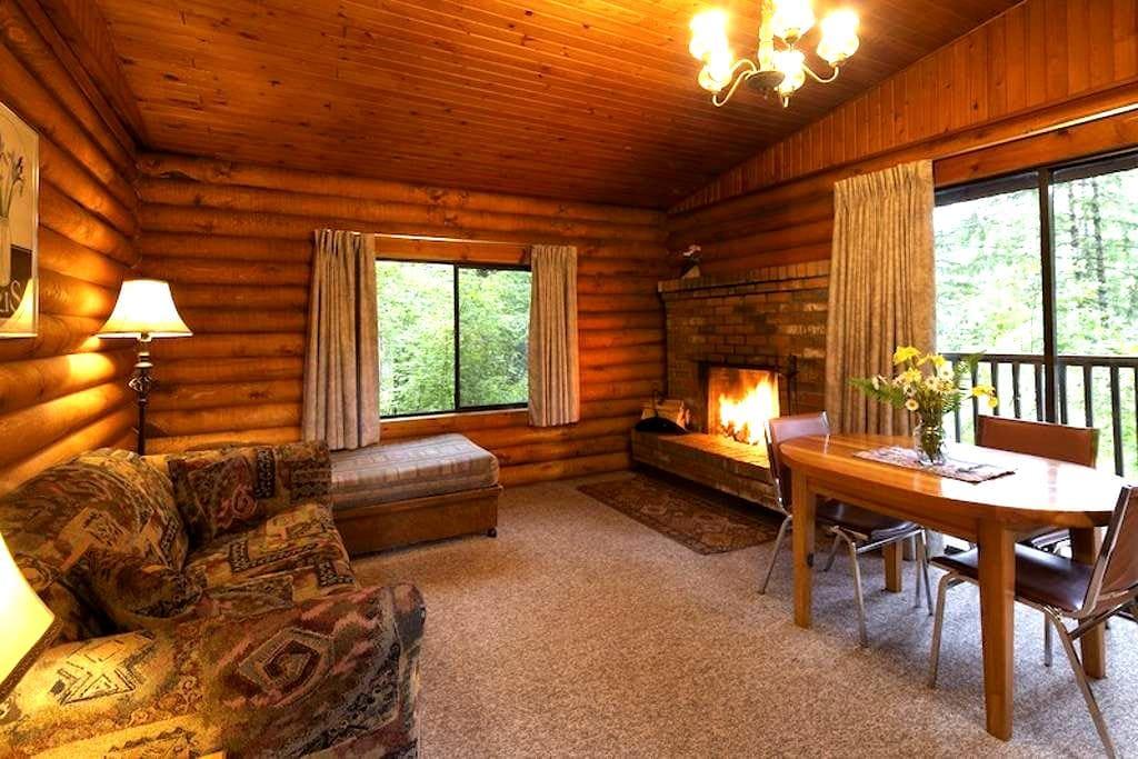 Cusheon Lake Resort 1BR Log Cabins - Солт-Спринг Айленд - Бунгало