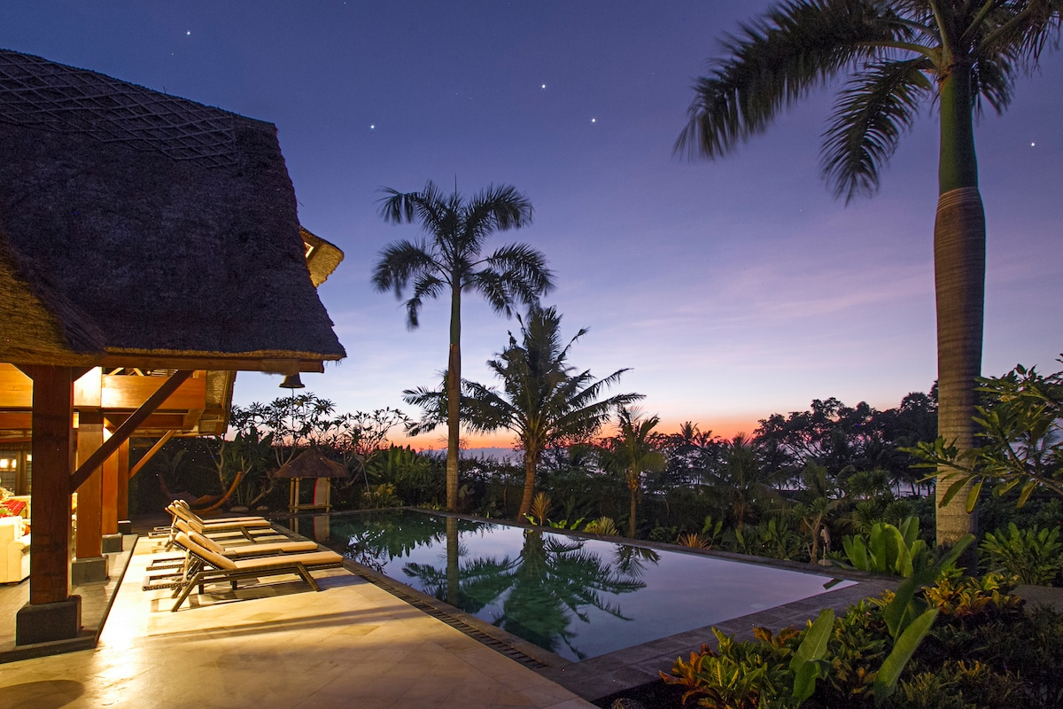 Villa beachfront with private wave