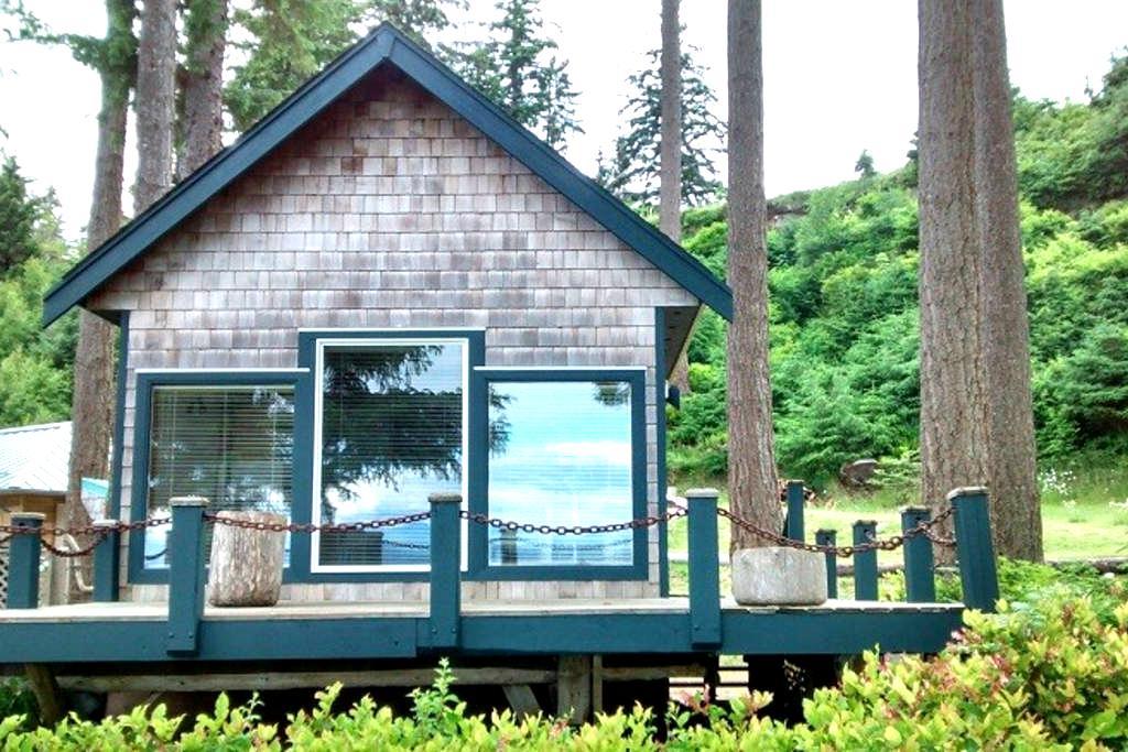 Ocean Waterfront Beach Cottage - Quathiaski Cove