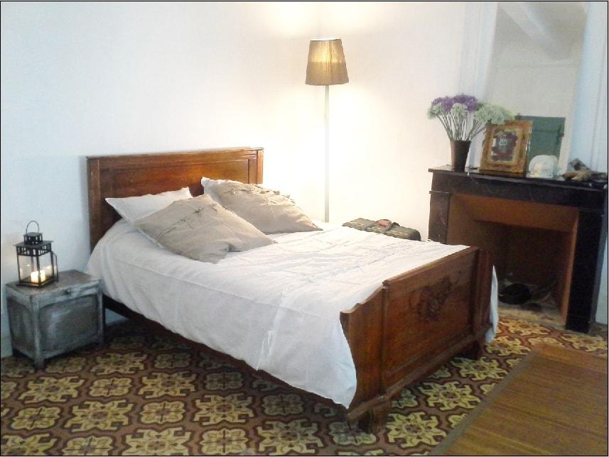 """""""Côté cour"""" est une  chambre DOUBLE spacieuse et très calme. Vous y trouverez quiétude et fraicheur après une chaude journée estivale..."""