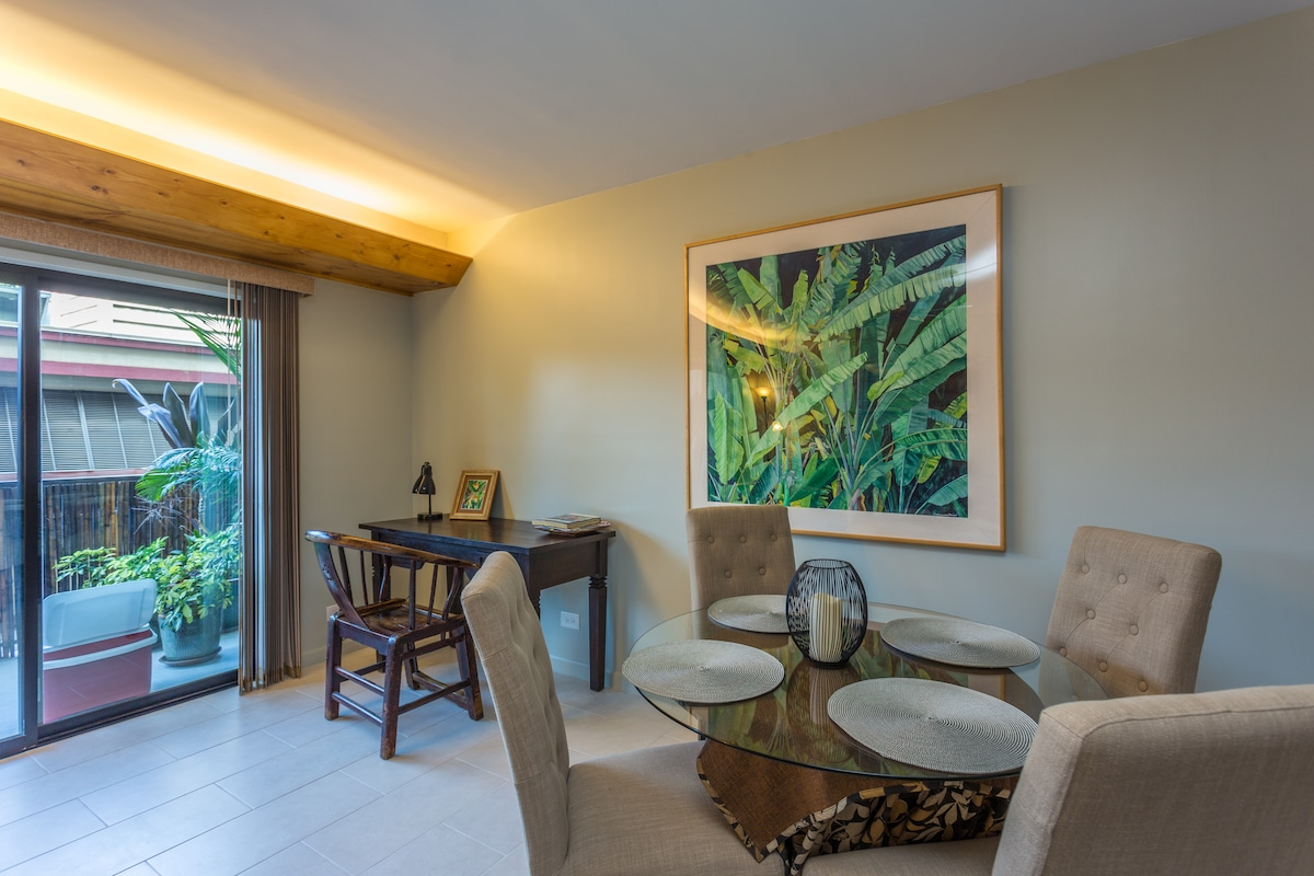 Contemporary furnishings and island accents makes this a very relaxing environment.