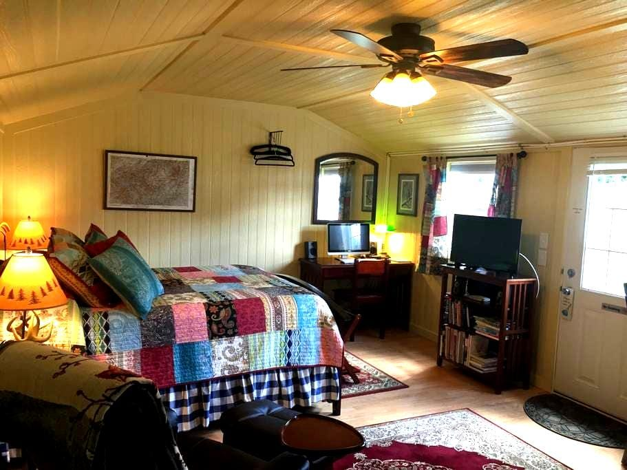 The Airport Cottage - Hendersonville - Stuga