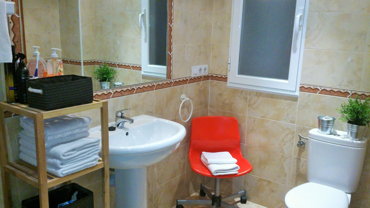 Baño privado completo muy confortable con bañera .