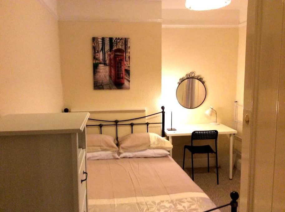 Double room central 40A Farnham Rd - Guildford