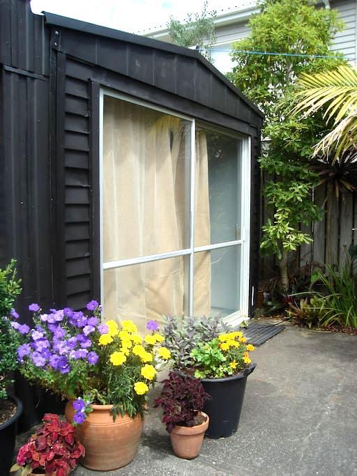 Sunny and warm garden studio at the beach - Whangaparaoa