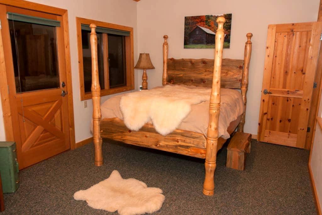 Southern Room of an Elegant Mountain Log Home - Ward - Rumah