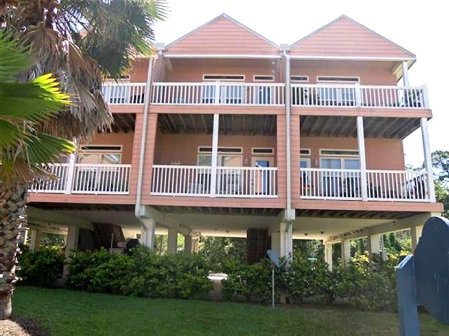 """TURTLES' NEST"" a condo in a fun fishing Village! - Carrabelle - 連棟住宅"