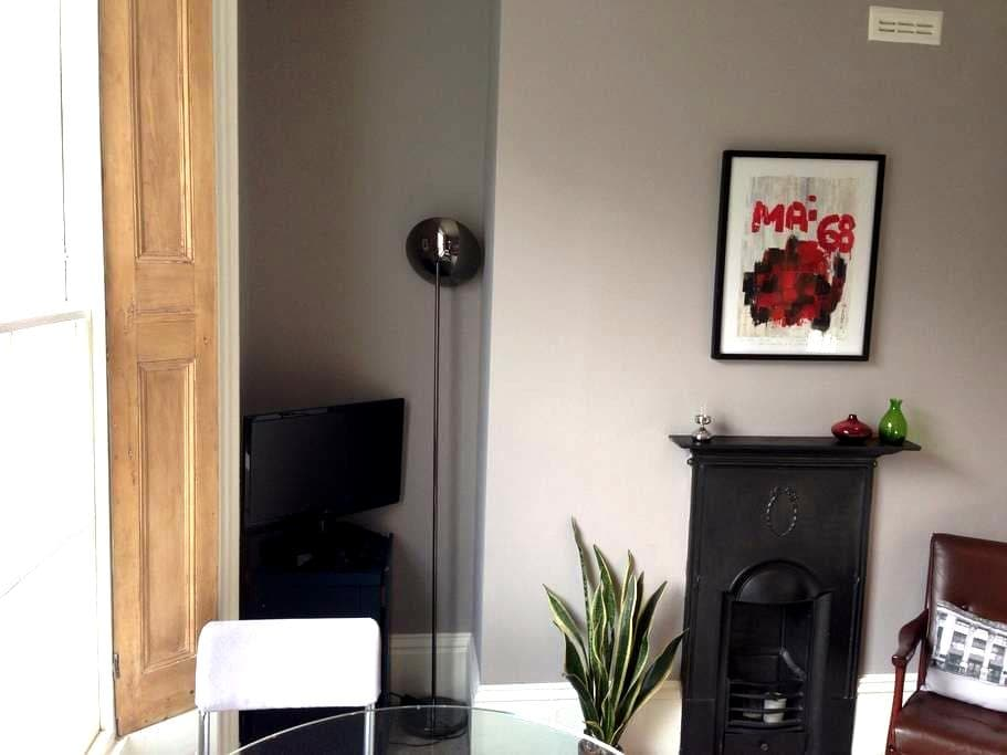 Stunning one bed Vauxhall flat - London