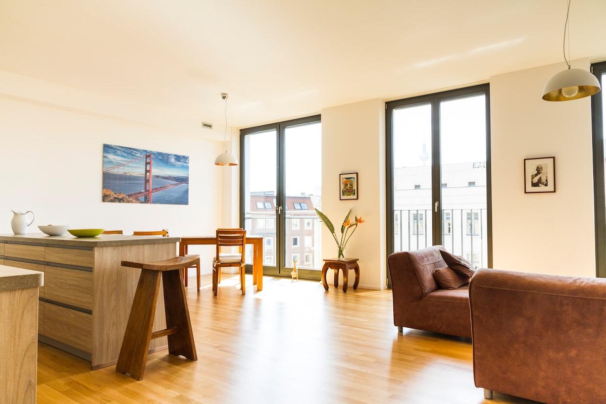 Modern bright top-floor apt, shared