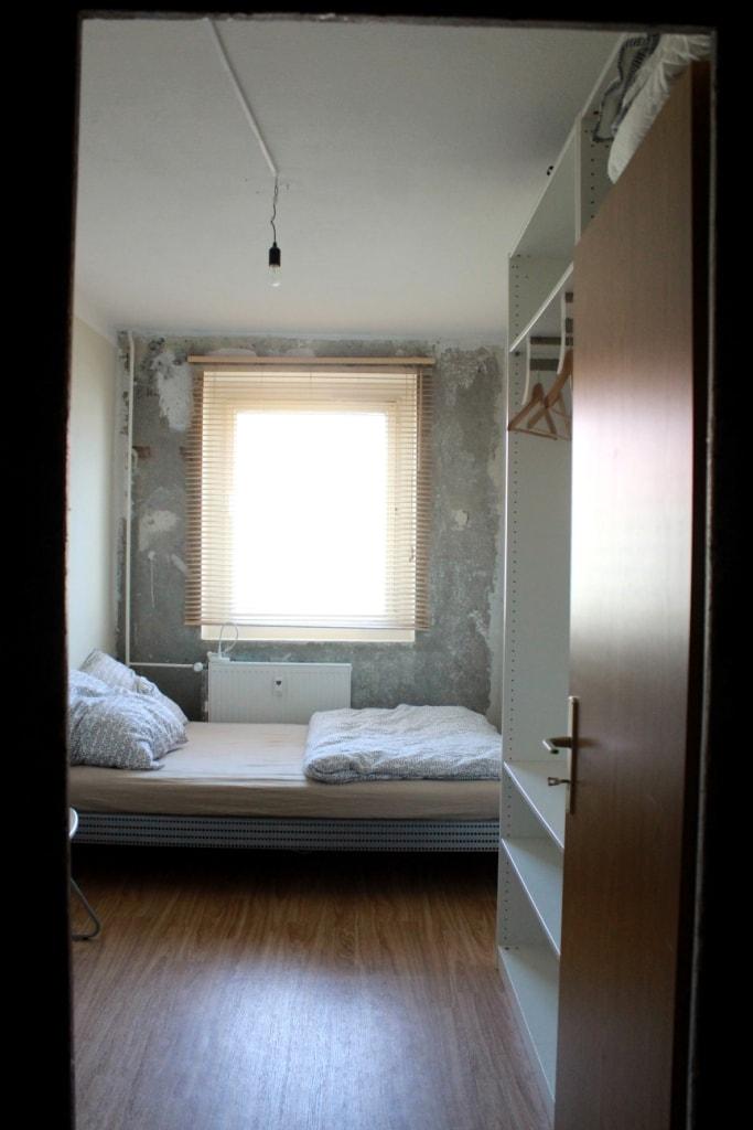 Blick aus dem Eingangsbereich in das Schlafzimmer