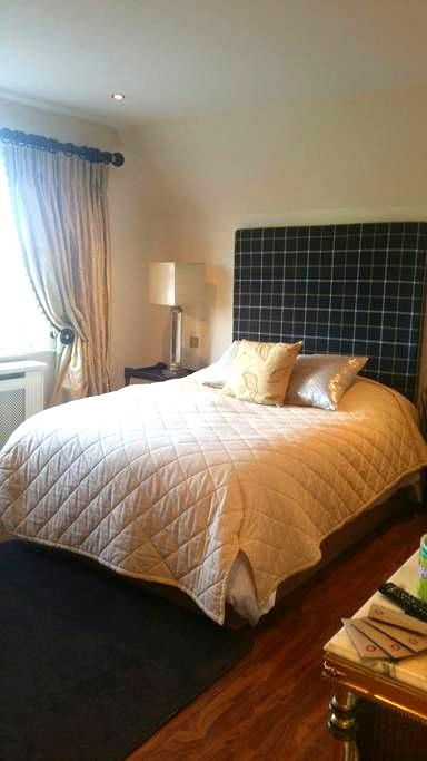 Cosy double bedroom en suite - Two Mile House, naas - 独立屋