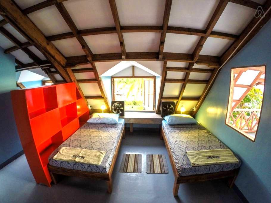 More dorm beds on Malapascua Island - Daanbantayan - Dortoir