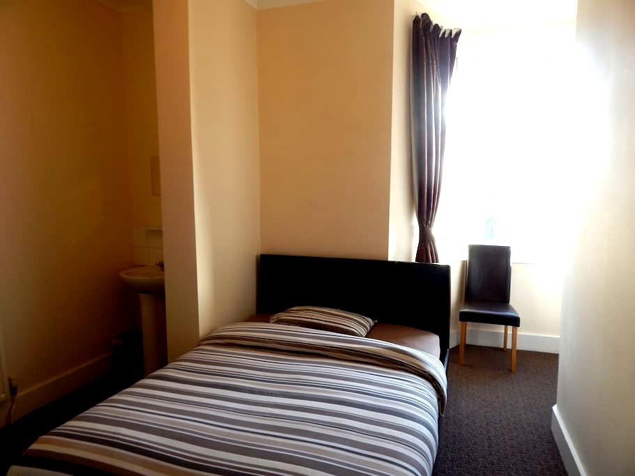 Double En-suite with Shower Room - Uxbridge - Bed & Breakfast