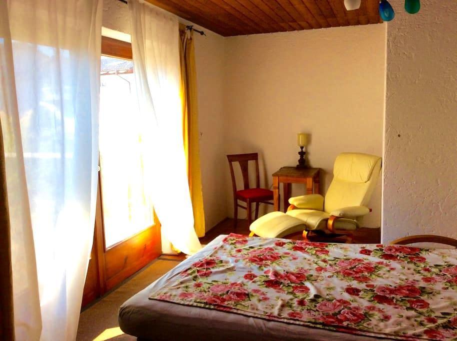 Helles Zimmer mit West -Terrasse mitten in Prien - Prien - Apartemen