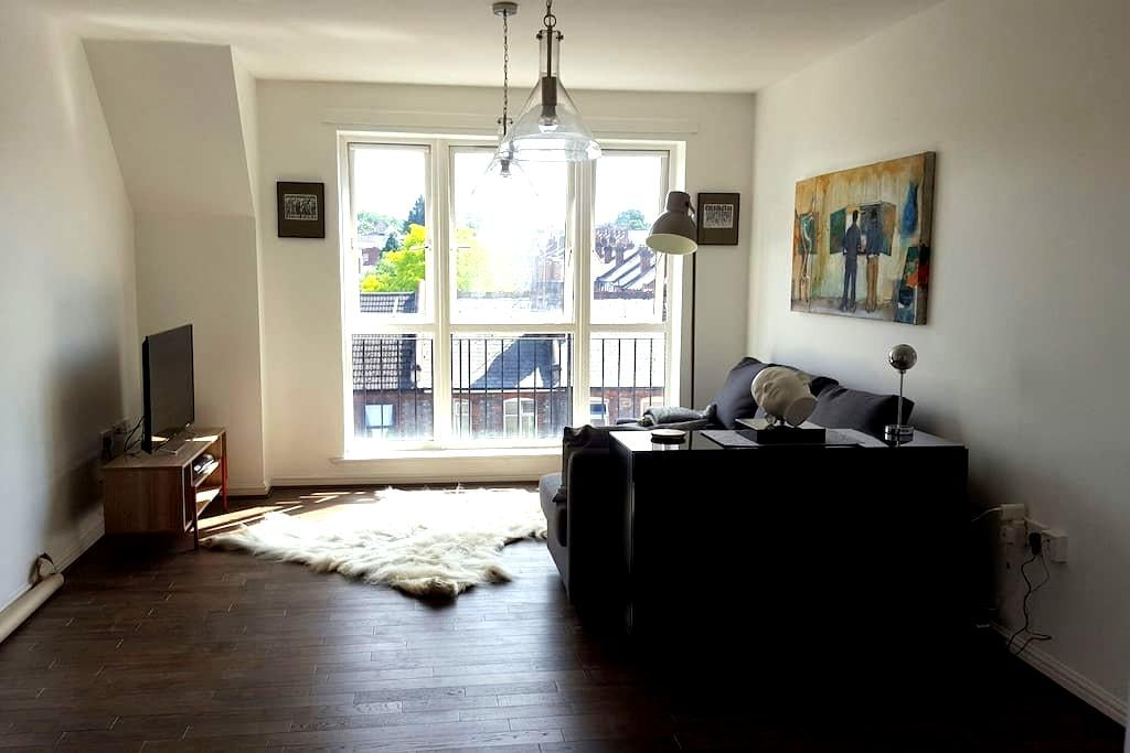 Double room in a cozy, artistic top floor flat. - Reading - Apartamento