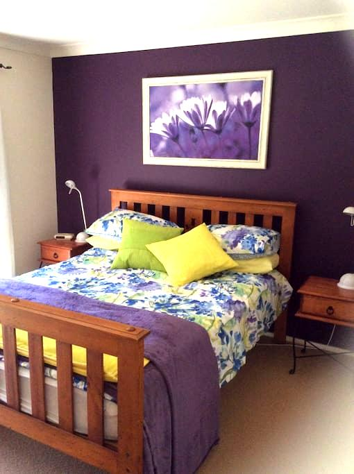 Large bedroom with private bathroom. - Charlestown - Hus