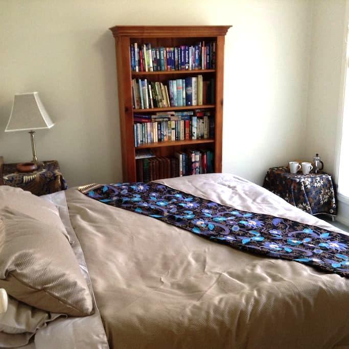 Airy comfy bedroom in Lara - Lara - บ้าน
