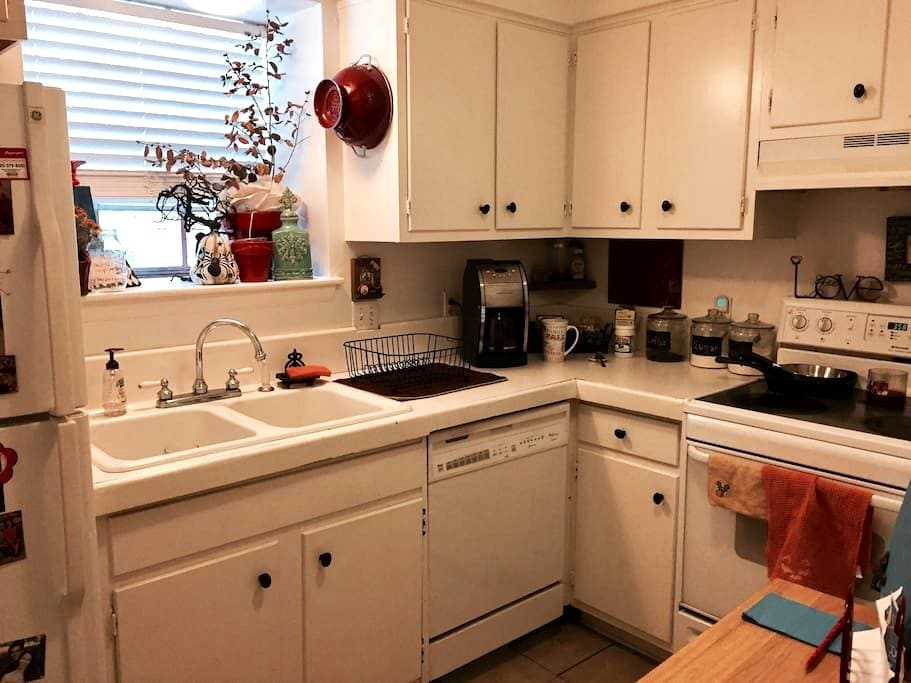 Spacious Centrally Located/LSU/Downtown Apartment - バトンルージュ - アパート