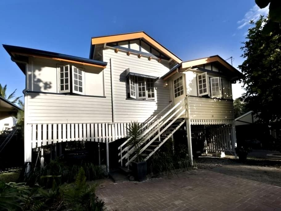 Double Bedroom in Paradise Central - Mooroobool