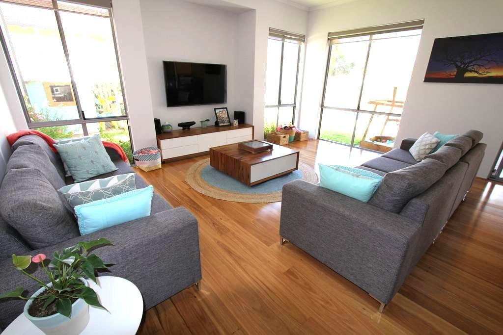 Family home, new, spacious & clean - Hamersley - Casa