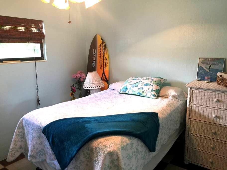 Surfers Bungalow & Walk to Downtown - Cocoa Beach - (ukendt)